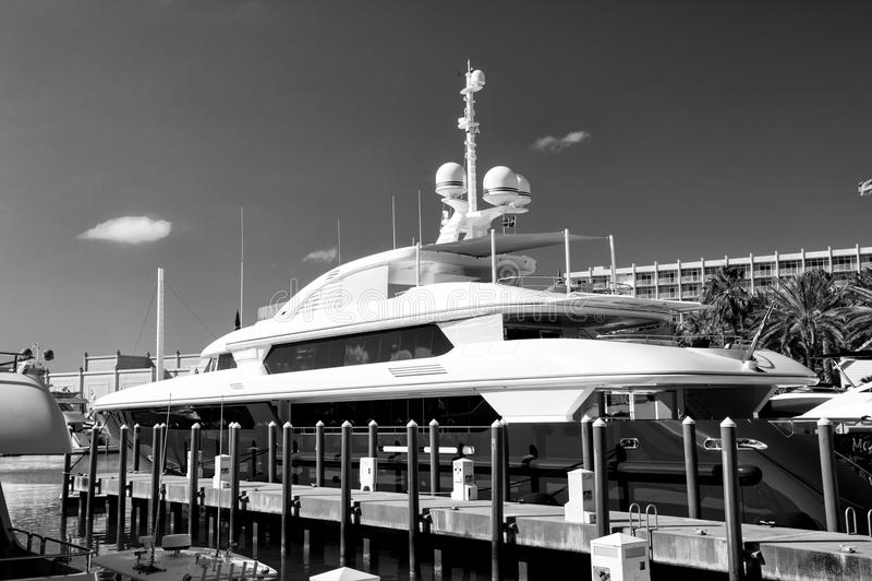 Jacht op overzeese pijler op zonnige dag in Nassau, de Bahamas stock fotografie