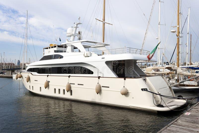 Download Jacht w molu zdjęcie stock. Obraz złożonej z poziom, okrętowiec - 53783878