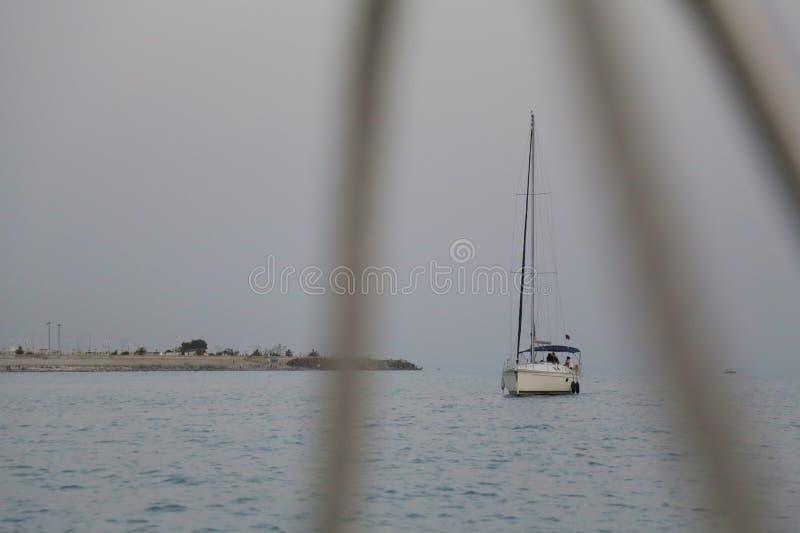Jacht w morzu blisko brzeg 001 zdjęcia royalty free