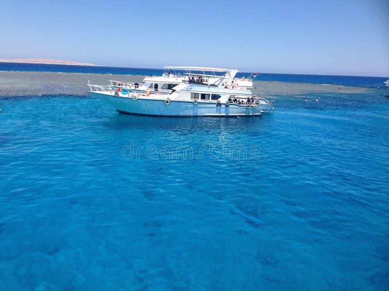 Jacht w morzu, jasny woda zdjęcia stock