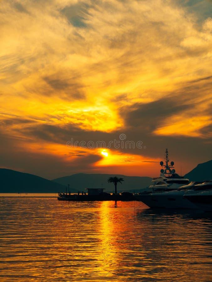 Jacht w morzu przy zmierzchem Sylwetka jacht na backgro obraz stock