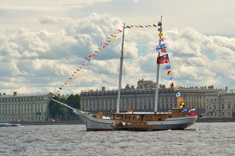 Jacht w nawadnia Neva zdjęcia stock