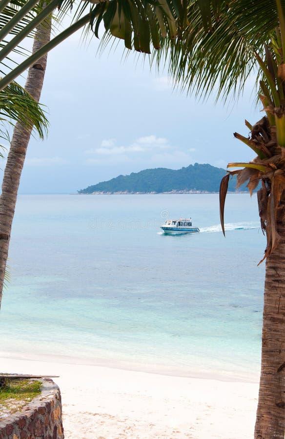 Jacht w pięknej tropikalnej lagunie fotografia royalty free