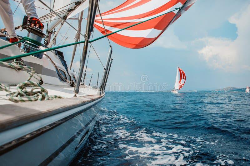 Jacht walczy z przeciwnikiem w morzu obraz stock