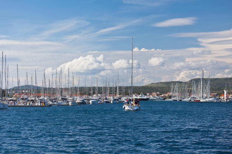 Jacht wchodzić do w Marina Frapa, Rogoznica, Chorwacja zdjęcie royalty free