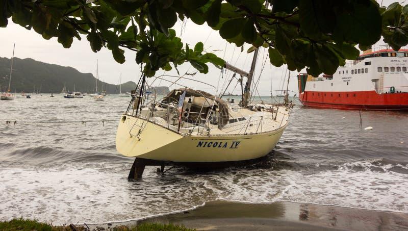 Jacht wyrzucać na brzeg podczas huraganu w dowietrznych wyspach obrazy royalty free