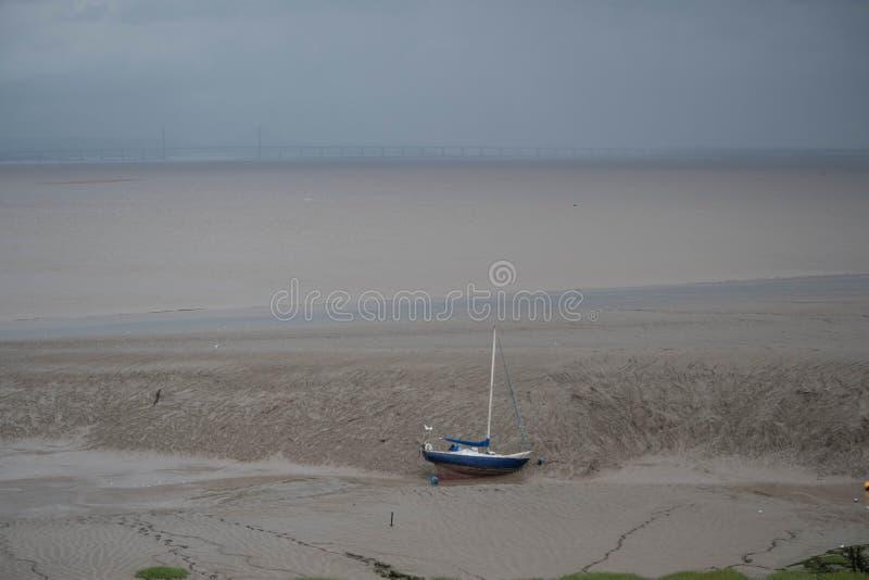 Jacht wyrzucać na brzeg w błocie zdjęcie royalty free