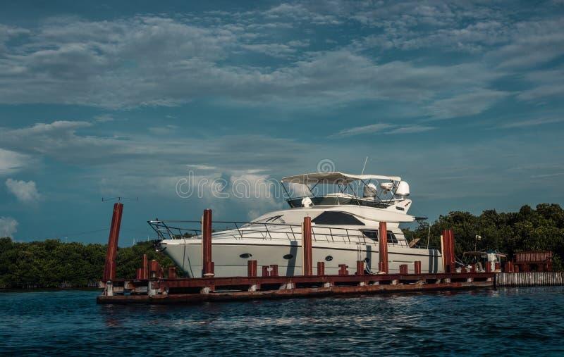 Jacht zakotwiczający na intymnym doku zdjęcia royalty free