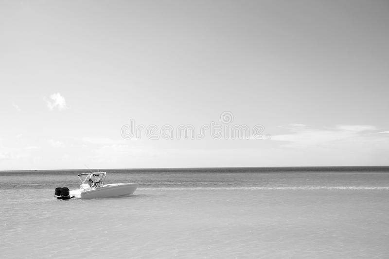 Jachtboot bij Exotisch mooi marien strand van Antigua St Johns stock fotografie