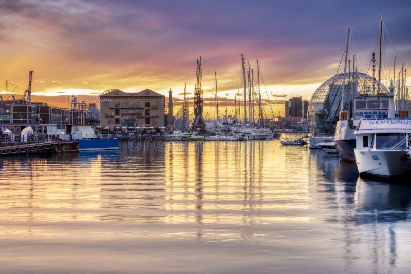 jachten aangemeerd in de oude haven van Genua, Italië royalty-vrije stock afbeeldingen