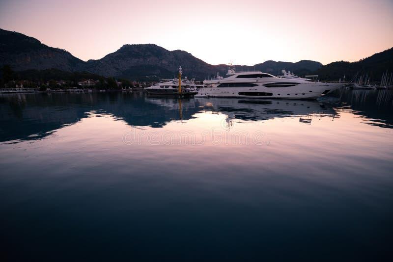 Jachten in baai met ochtendlicht royalty-vrije stock foto