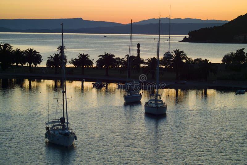 Jachten in baai van Vis-stad bij zonsopgang stock fotografie