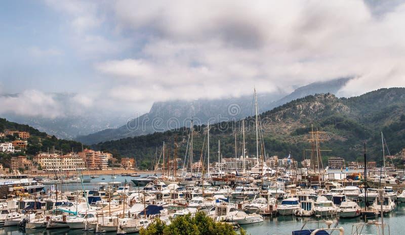 Jachten bij de jachthaven in Port DE Soller tegen bergen en bewolkte hemel in Mallorca, Spanje royalty-vrije stock foto