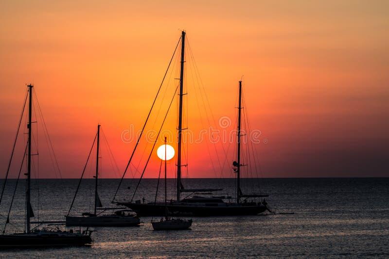 Download Jachten bij zonsondergang stock afbeelding. Afbeelding bestaande uit kleurrijk - 107700959