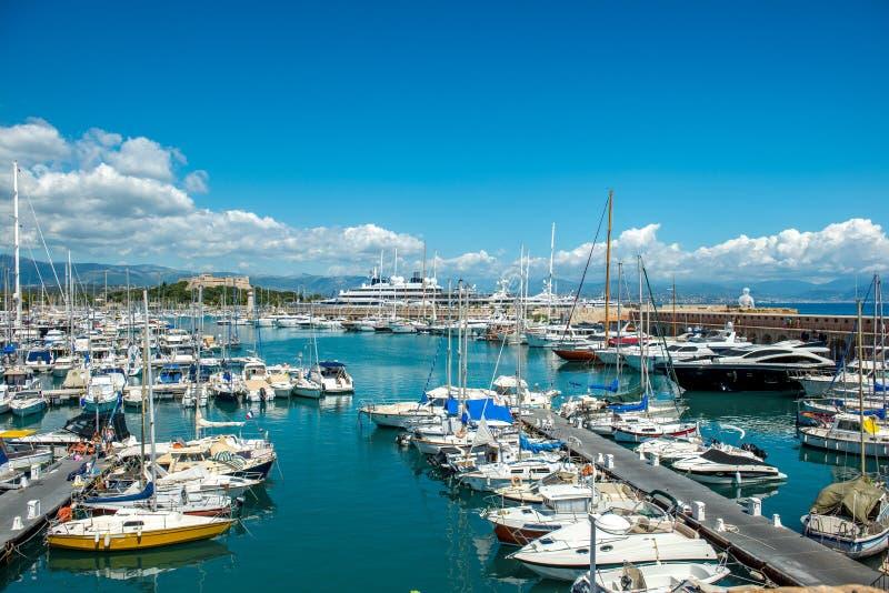Jachten in de haven, Cannes, Frankrijk worden vastgelegd dat stock fotografie