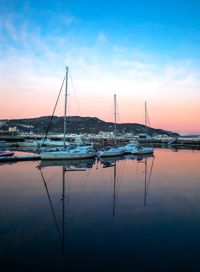 Jachten, die bei Sonnenuntergang im Hafen liegen lizenzfreies stockbild