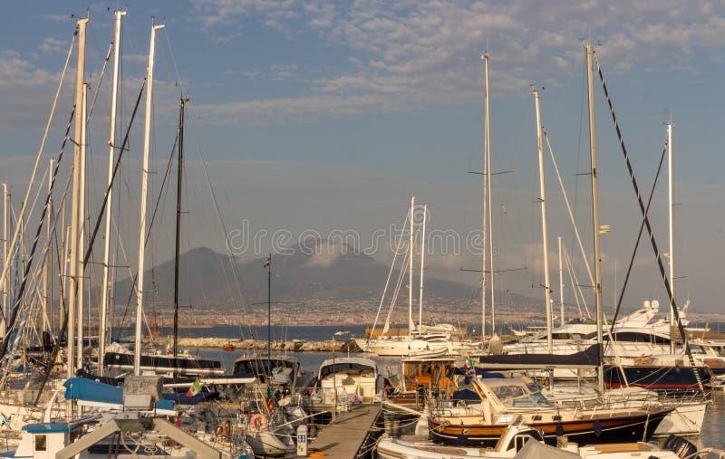 Jachten in dok tegen de vulkaan van de Vesuvius Boten in haven in Napels Napoli, Italië Het varen en reisconcept Napolitaans orië royalty-vrije stock afbeelding