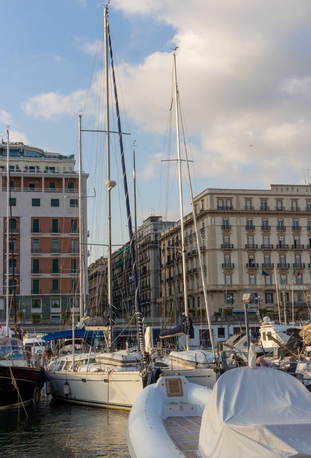 Jachten in dok van Middellandse Zee Boten in haven in Napels Napoli, Italië Het varen en reisconcept Napolitaans oriëntatiepunt royalty-vrije stock fotografie