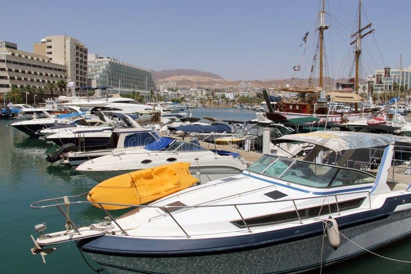 Jachten en boten in jachthaven van Eilat royalty-vrije stock afbeelding
