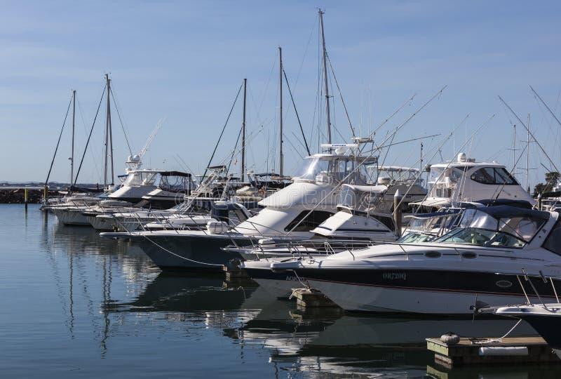 Jachten en motorboten bij jachthaven worden vastgelegd die. Nelson Ba stock foto's