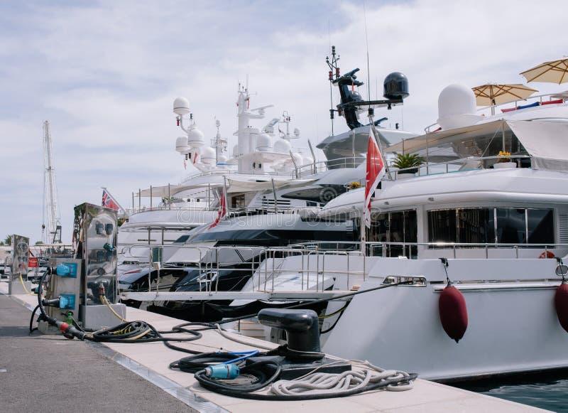 Jachten en schepen in de haven van Monaco in de zomer zonneeuropa royalty-vrije stock afbeelding