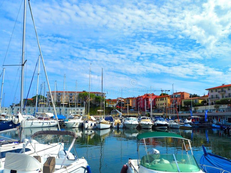Jachten in haven van heilige-Jean-GLB-Ferrat - neem en sta met in zuidoosten van Frankrijk op voorgebergte van Kooi D 'Azur in na stock afbeelding