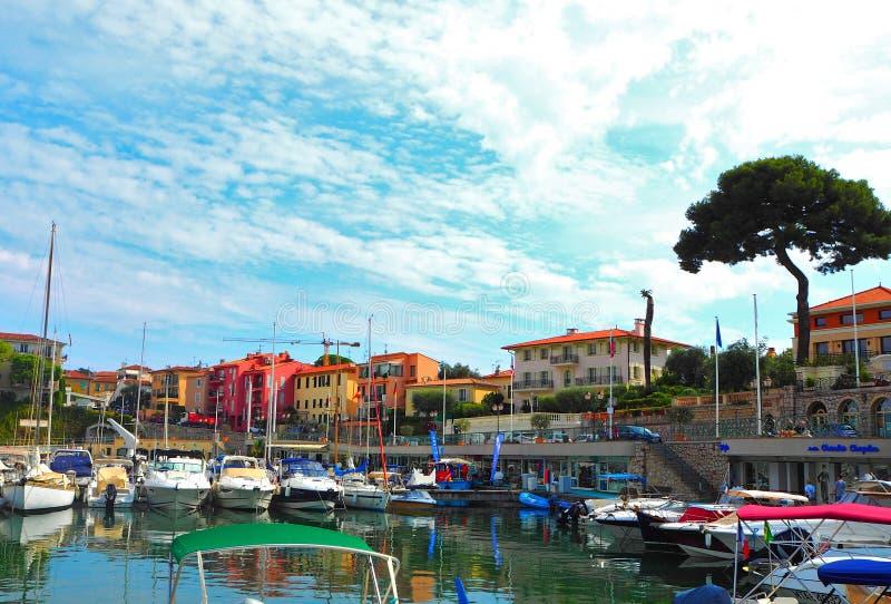 Jachten in haven van heilige-Jean-GLB-Ferrat - neem en sta met in zuidoosten van Frankrijk op voorgebergte van Kooi D 'Azur in na royalty-vrije stock afbeeldingen