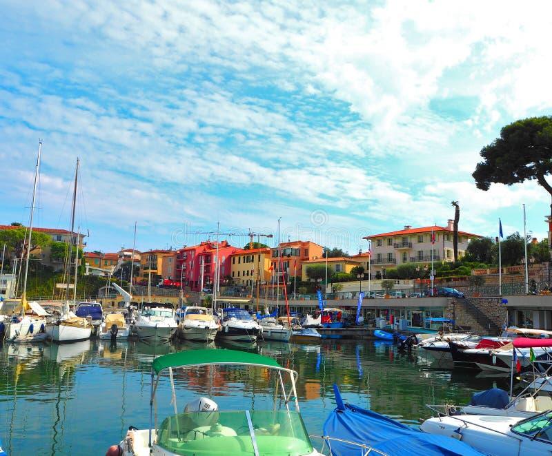 Jachten in haven van heilige-Jean-GLB-Ferrat - neem en sta met in zuidoosten van Frankrijk op voorgebergte van Kooi D 'Azur in na stock afbeeldingen
