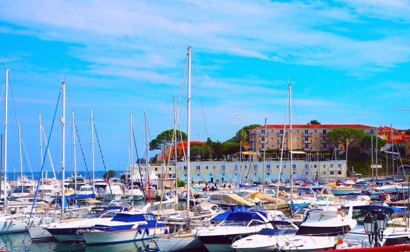 Jachten in haven van heilige-Jean-GLB-Ferrat - neem en sta met in zuidoosten van Frankrijk op voorgebergte van Kooi D ` Azur in P stock afbeeldingen