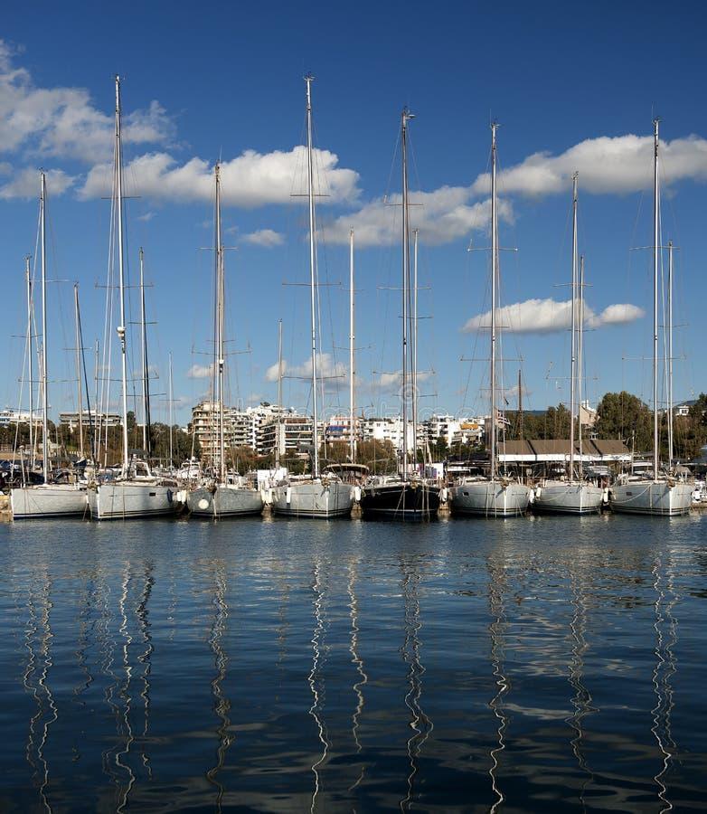 Jachten op dok in Athene Griekenland stock afbeelding