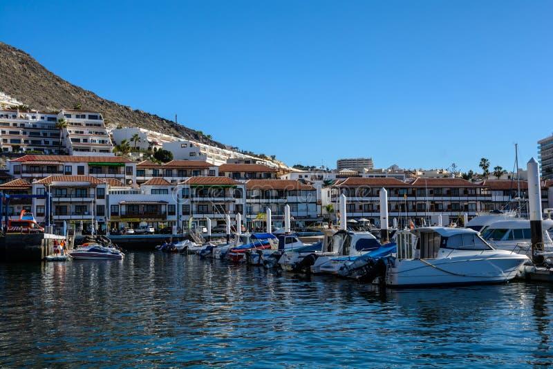 Jachtentribune in de baai van Los Gigantes De Canarische Eilanden van Tenerife stock afbeeldingen