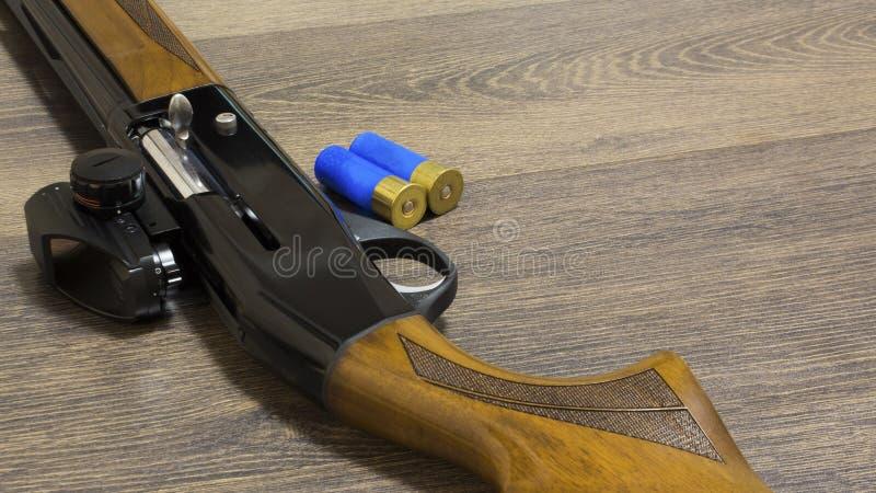 Jachtgeweer met kogels op houten achtergrond royalty-vrije stock afbeelding