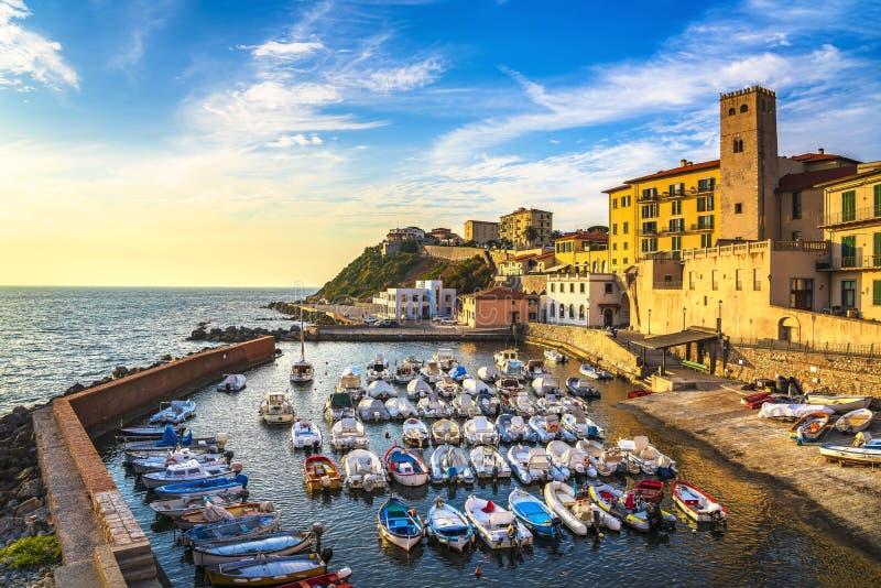 Jachthafen der Piombino-Sonnenuntergangansicht von Marktplatz bovio Toskana Italien stockbilder