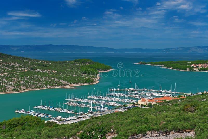 Jachthafen in der Türkislagune in adriatischem Meer stockfotografie