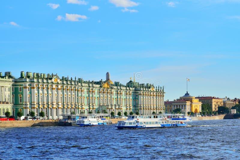 Download Jachthafen Mit Booten Auf Dem Fluss Neva Nahe Dem Winter-Palast Sonnig Stockbild - Bild von ufer, lieferung: 106801937