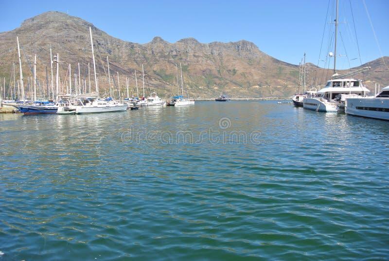 Jachthafen mit Booten in Hout-Bucht, Südafrika stockbilder