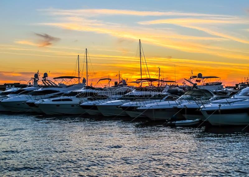 Jachthafen mit Booten und Yachten im schönen Sonnenuntergang stockbilder
