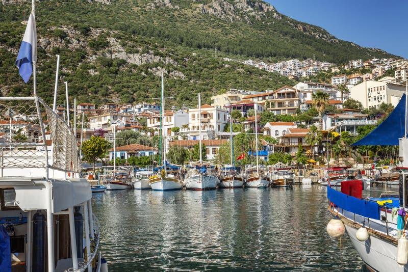 Jachthafen mit Fischerbooten und Yachten in einem sonnigen beliebten Erholungsort lizenzfreies stockbild