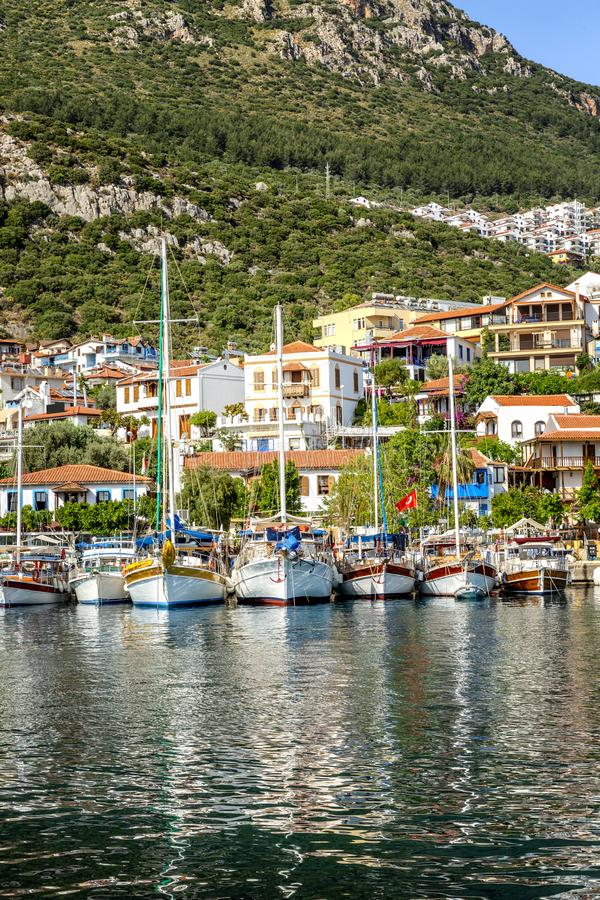 Jachthafen mit Fischerbooten und Yachten in einem sonnigen beliebten Erholungsort lizenzfreie stockfotos