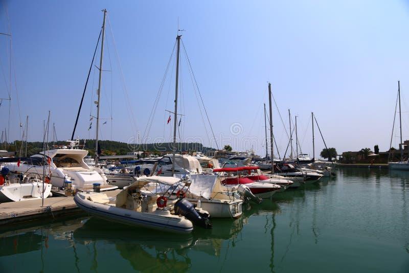 Jachthafen mit Parkyachten und Booten in Halkidiki Sithonia lizenzfreie stockfotos