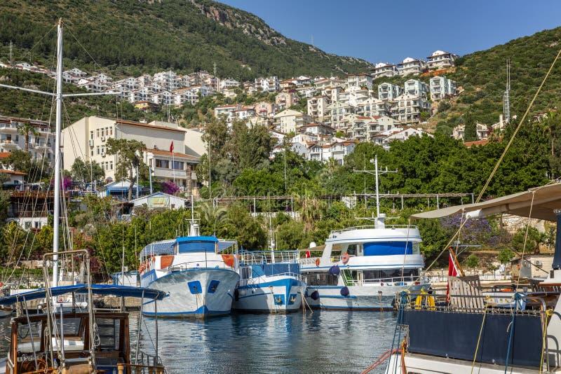 Jachthafen mit Yachten in einem beliebten Erholungsort an einem sonnigen Tag Sch?ne Landschaft lizenzfreie stockfotos