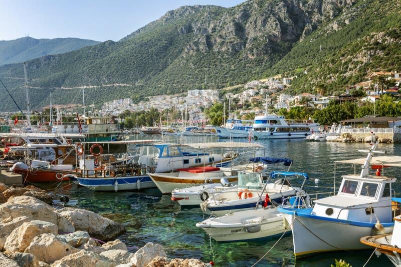 Jachthafen mit Yachten in einem beliebten Erholungsort an einem sonnigen Tag Sch?ne Landschaft lizenzfreie stockbilder