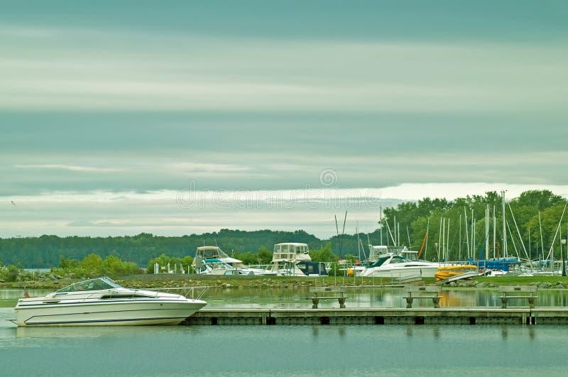 Jachthafen morgens stockfotos