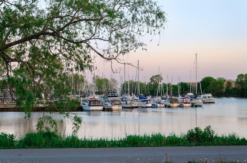 Jachthafen nahe Toronto, Ontario, mit vielen Booten lizenzfreies stockfoto