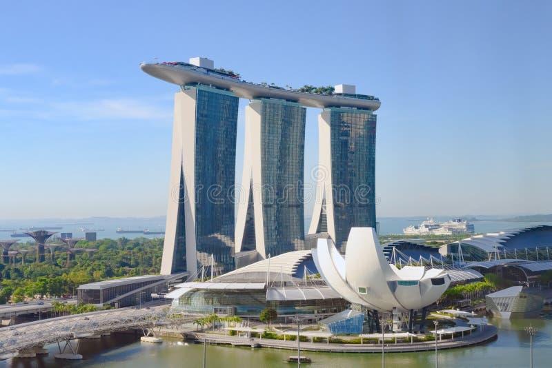 Jachthafen-Schacht versandet Hotel, Singapur Vogelperspektive von Marina Sands-Luxushotel und von ArtSience-Museum stockfotos