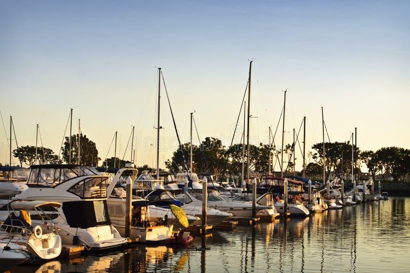 Jachthafen am Sonnenuntergang stockfoto