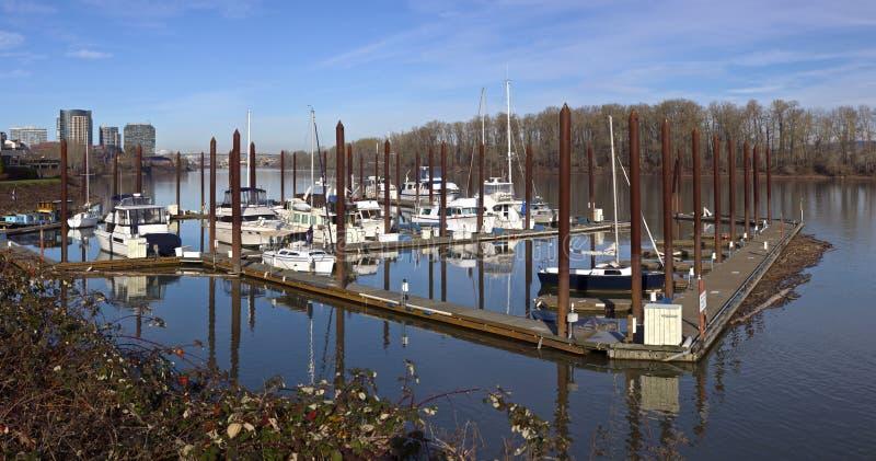Jachthafen und Fluss, die Portland-Hochaufstiege übersehen lizenzfreie stockfotos