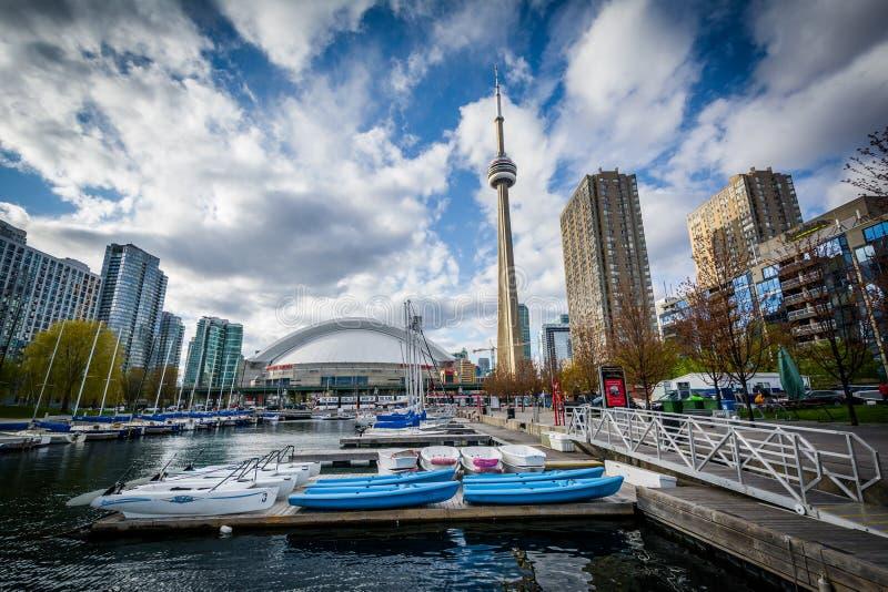 Jachthafen und Gebäude beim Harbourfront, in Toronto, Ontario stockfotografie