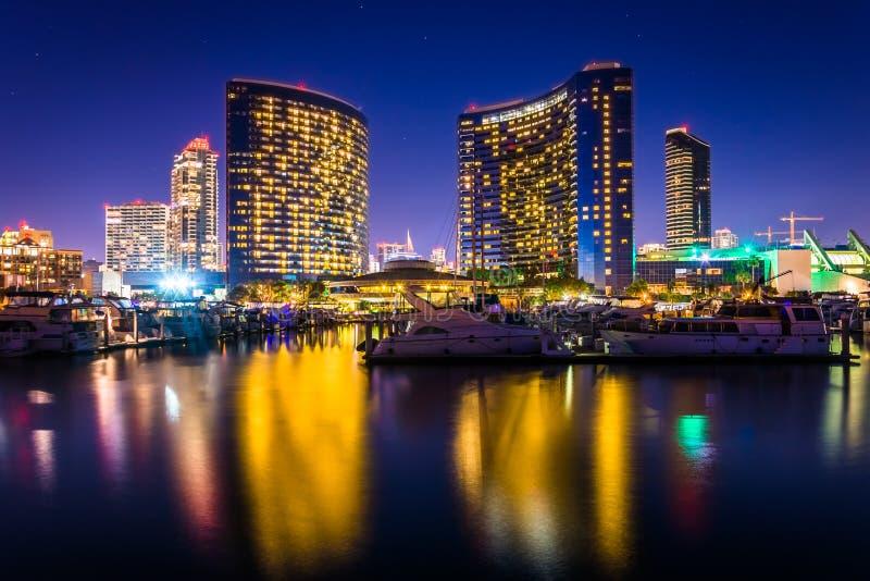 Jachthafen und Gebäude, die beim Embarcadero nachts in S sich reflektieren stockfotografie