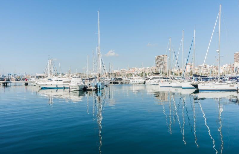 Jachthafen- und Luxusboote mit Stadtskylinen Alicante, Spanien stockbilder